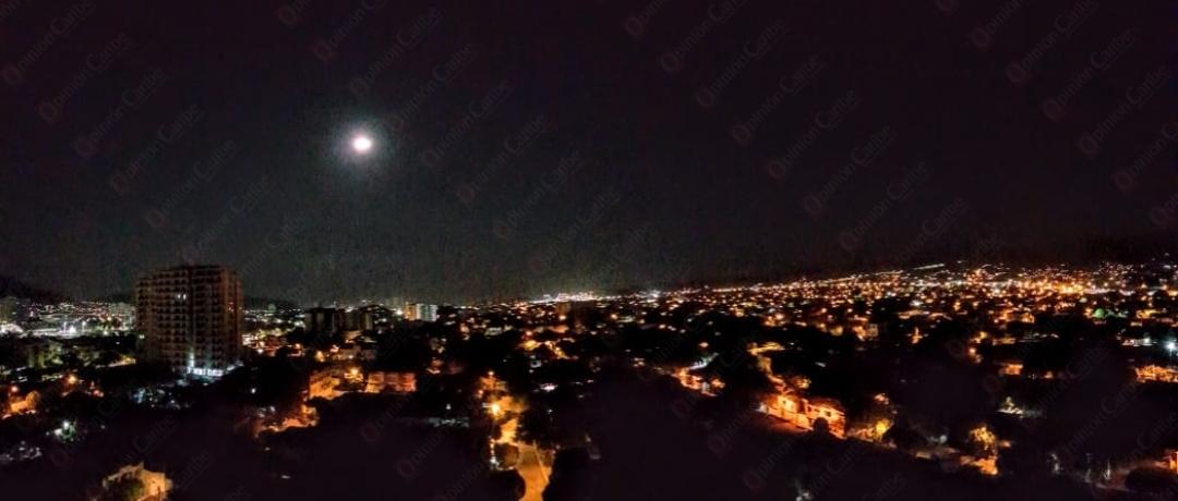 asi-se-vio-la-super-luna-rosa-en-santa-marta